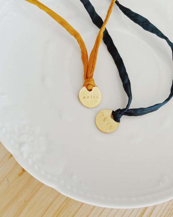Bracelet porte bonheur en soie Habotai medaille dorée à l'or fin