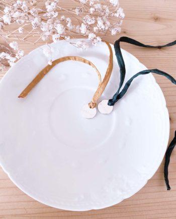Bracelet porte bonheur soie habotai médaille amour argentée fait à la main dans l'île de ré made in france creation artisanale française